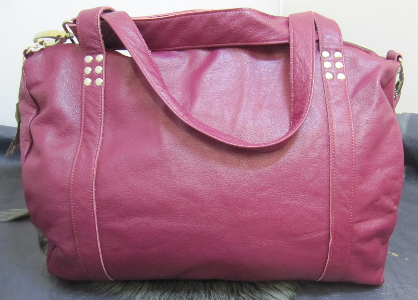 Overnight leather bag in Magenta
