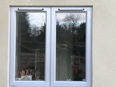 Flush fitting window with trickle vents