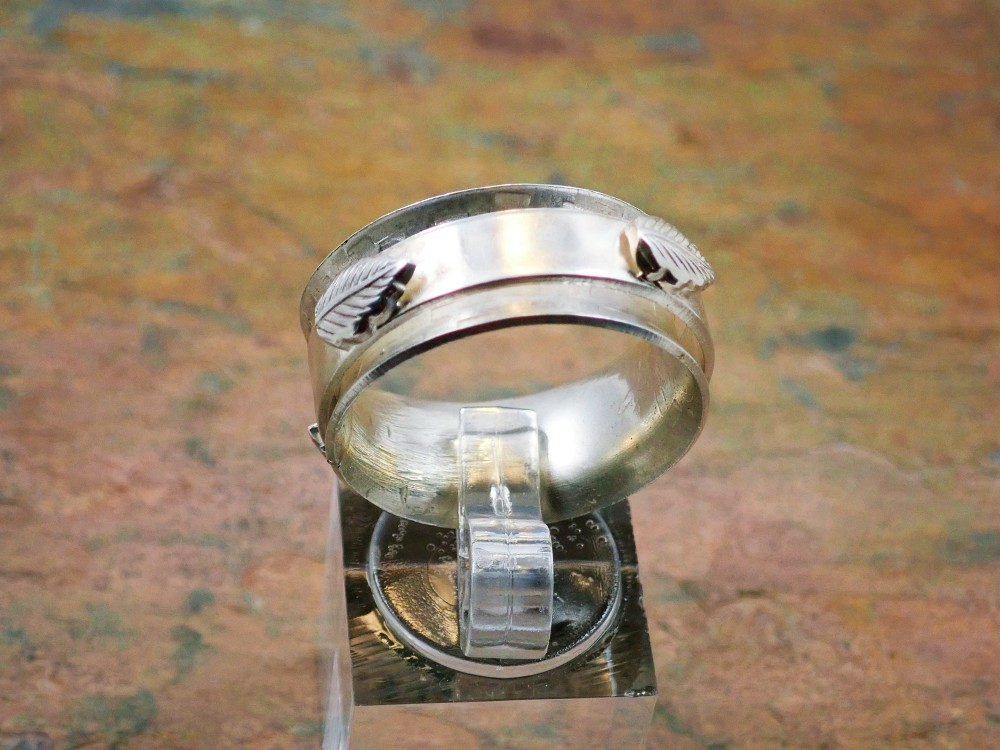 Spinner ring with leaves