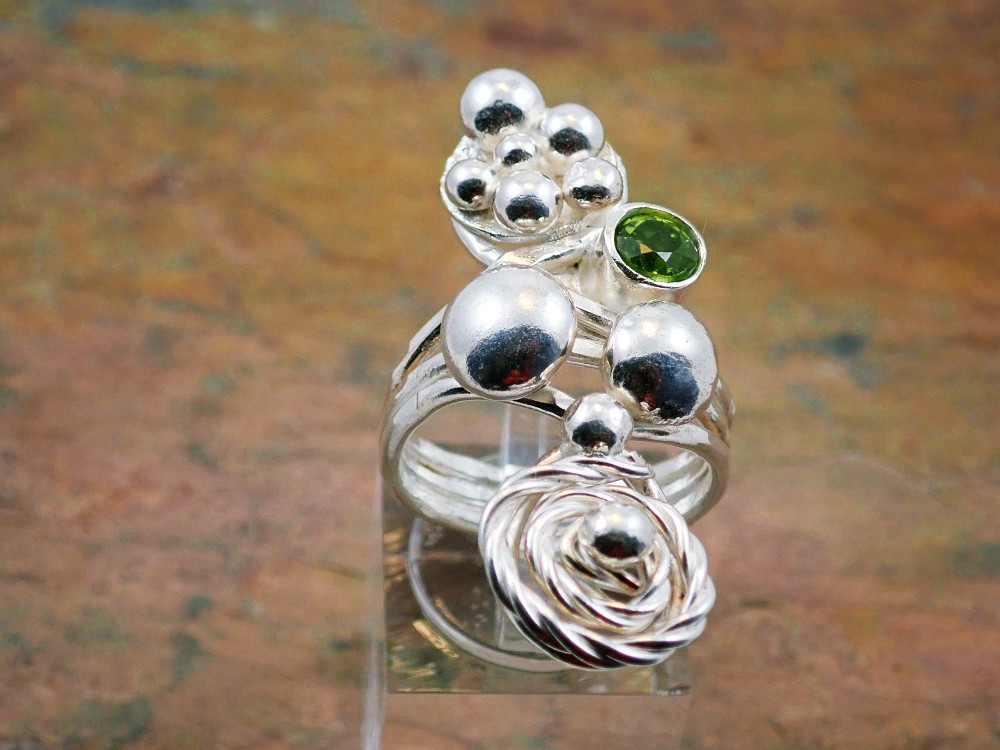 Peridot large ring with spiral and balls
