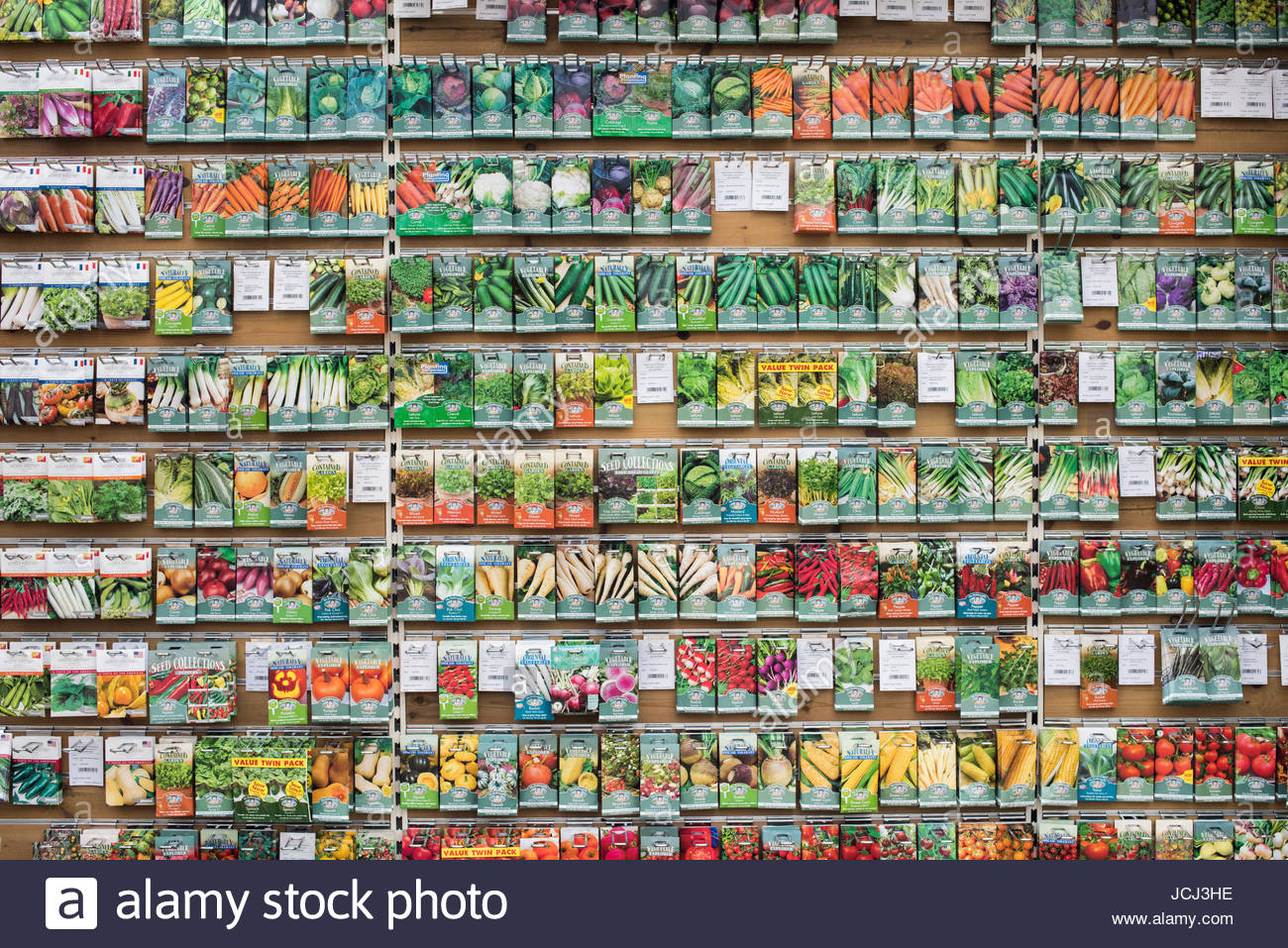 vegetable-seed-packets-on-display-in-a-garden-centre-uk-JCJ3HE.jpg