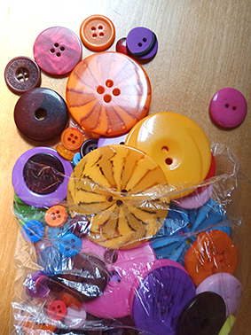 200g BAG OF BRIGHT BUTTONS