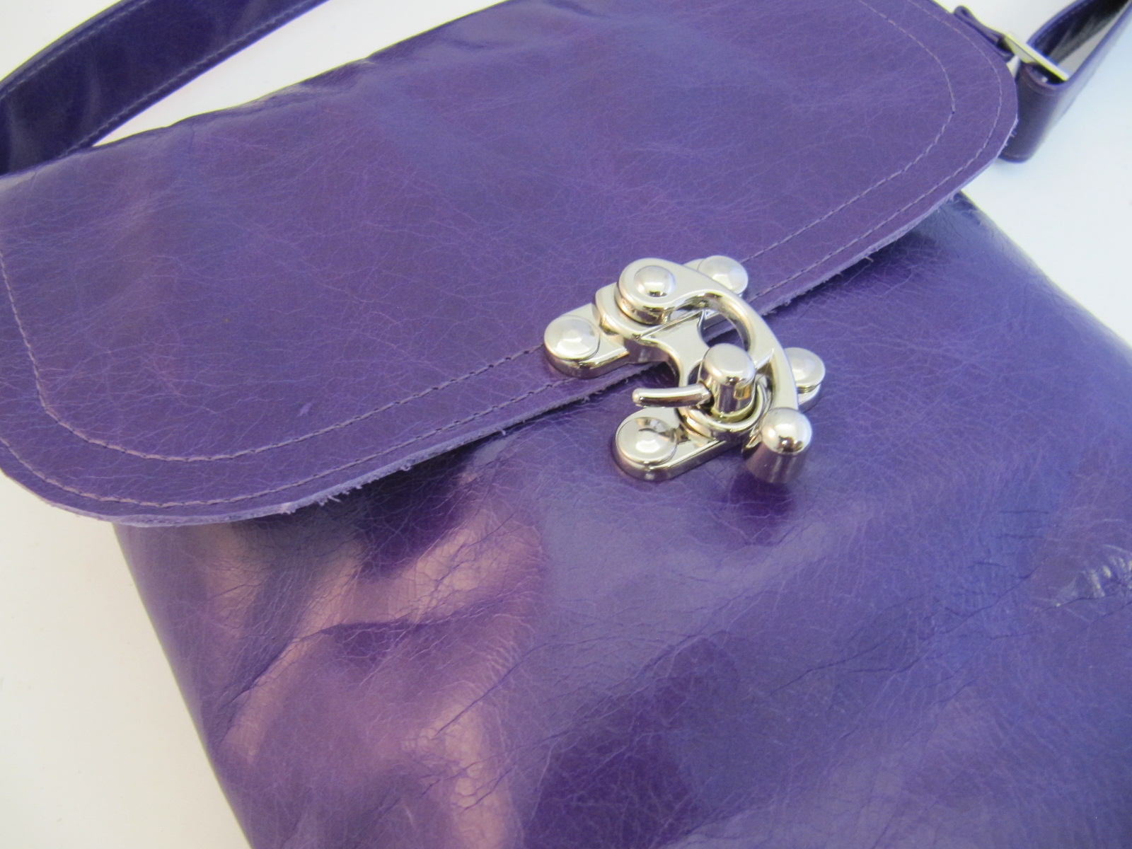 Messenger bag in purple leather