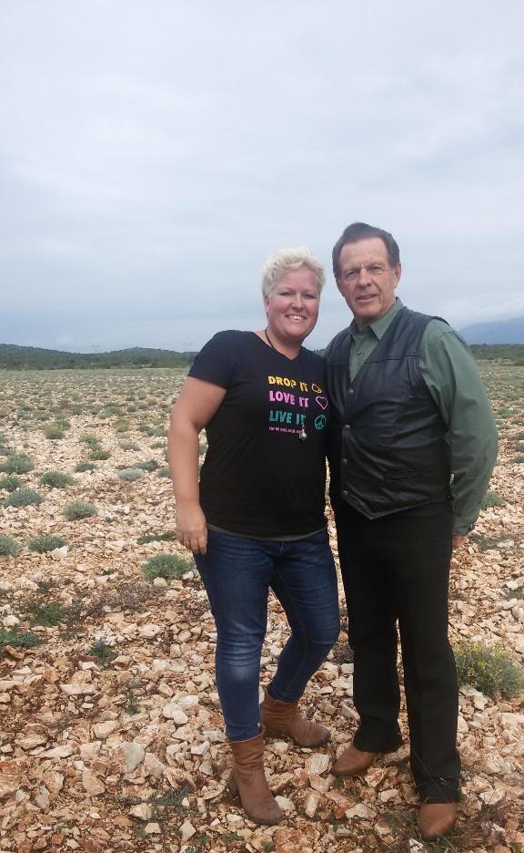 Anita met Gary Young (grondlegger van Young Living) op de Helichrysum boerderij in Kroatië