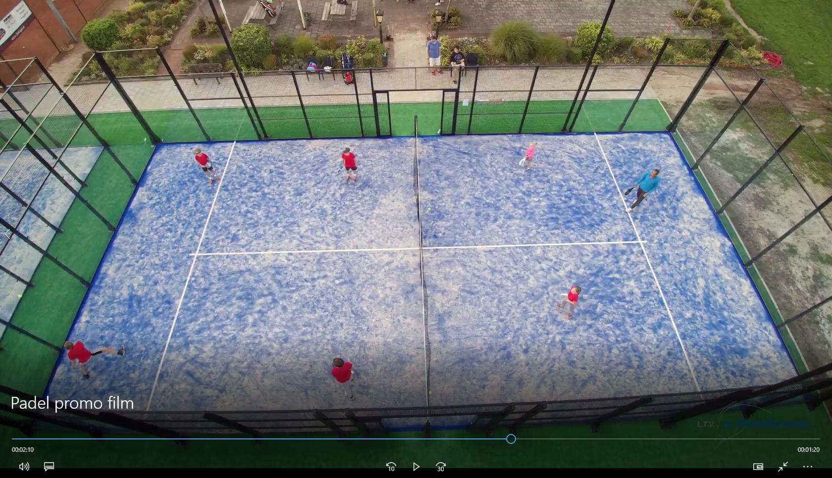 Padel is een racketsport. Een racket sport met ingrediënten van onder  andere tennis df3daa44a4598