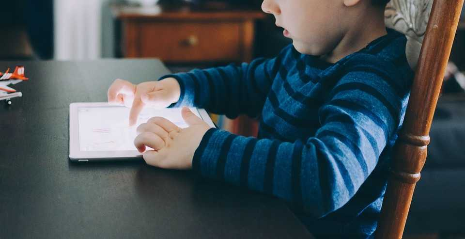 Kinderen met tablets in restaurants