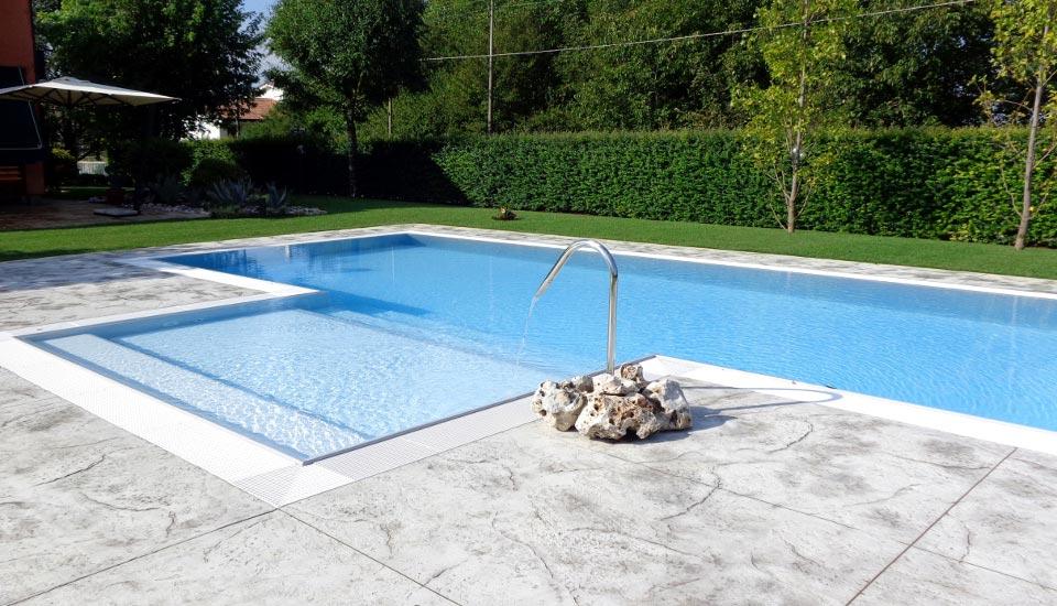 Piscina a sfioro piscina privata for Piscina con cascata