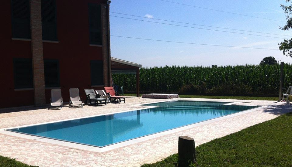 Piscina a sfioro piscina privata - Costruzione piscine brescia ...