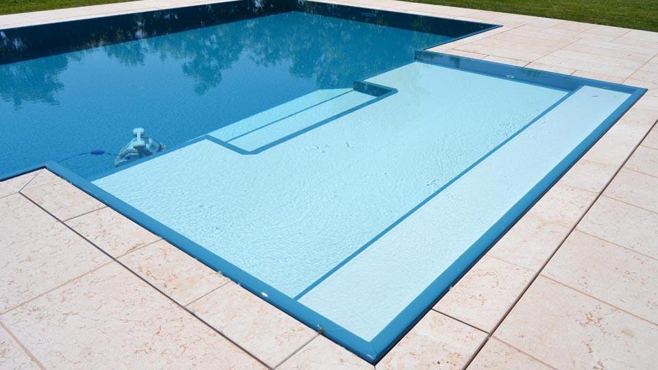 Particolare zona relax bicolore con robot piscina