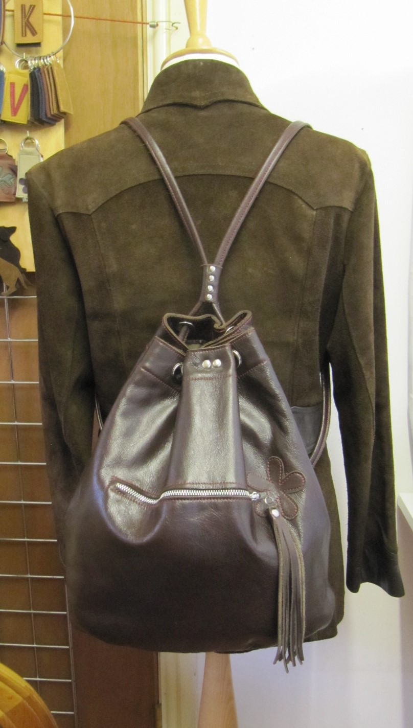 Duffle bag in dark brown leather