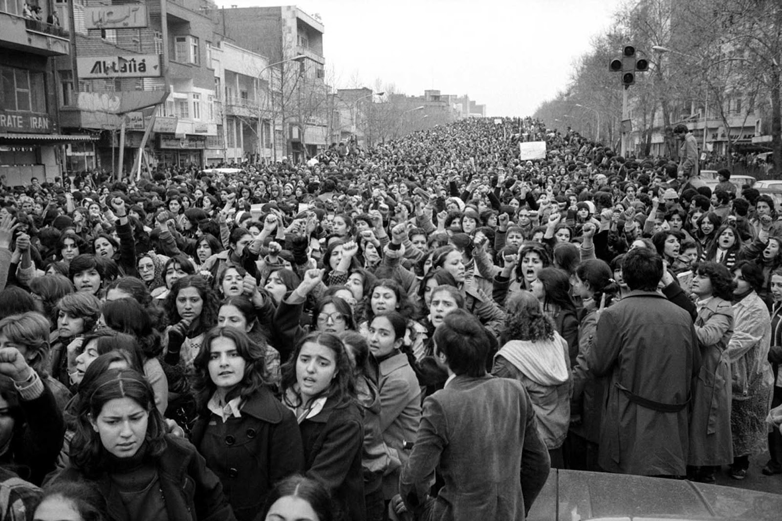 Iranian women protest hijab in 1979 b