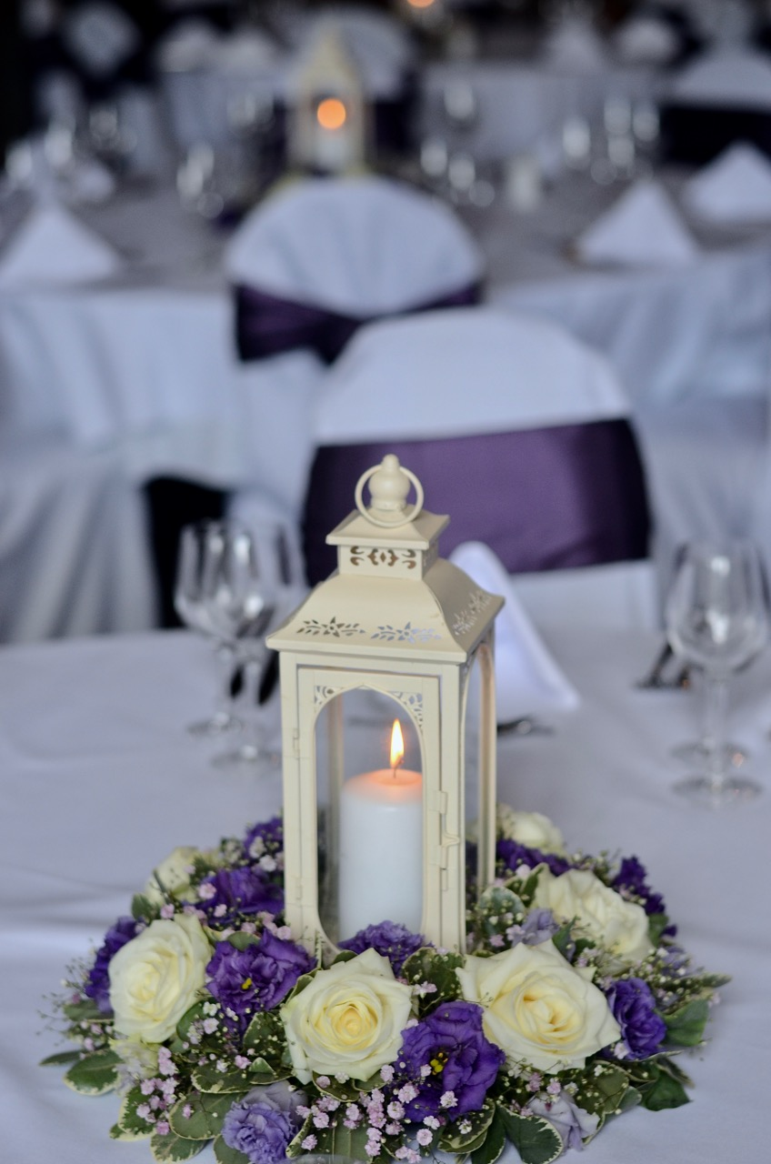 purple_white-centrepiece-with-lantern.jpg