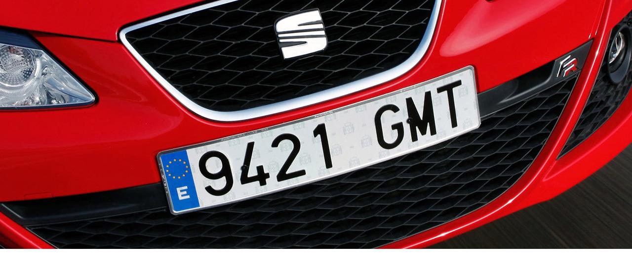 Realizamos placas de matrícula homologadas para todo tipo de automóviles (coche, motocicleta, ciclomotor, remolque, vehículos especiales, etc.) en nuestras tiendas de Barcelona y Alicante.