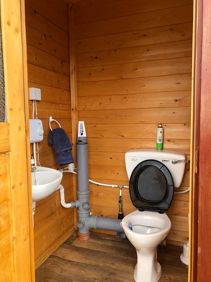 The toilet and wash-hand basin in the glamping sheds with water heater