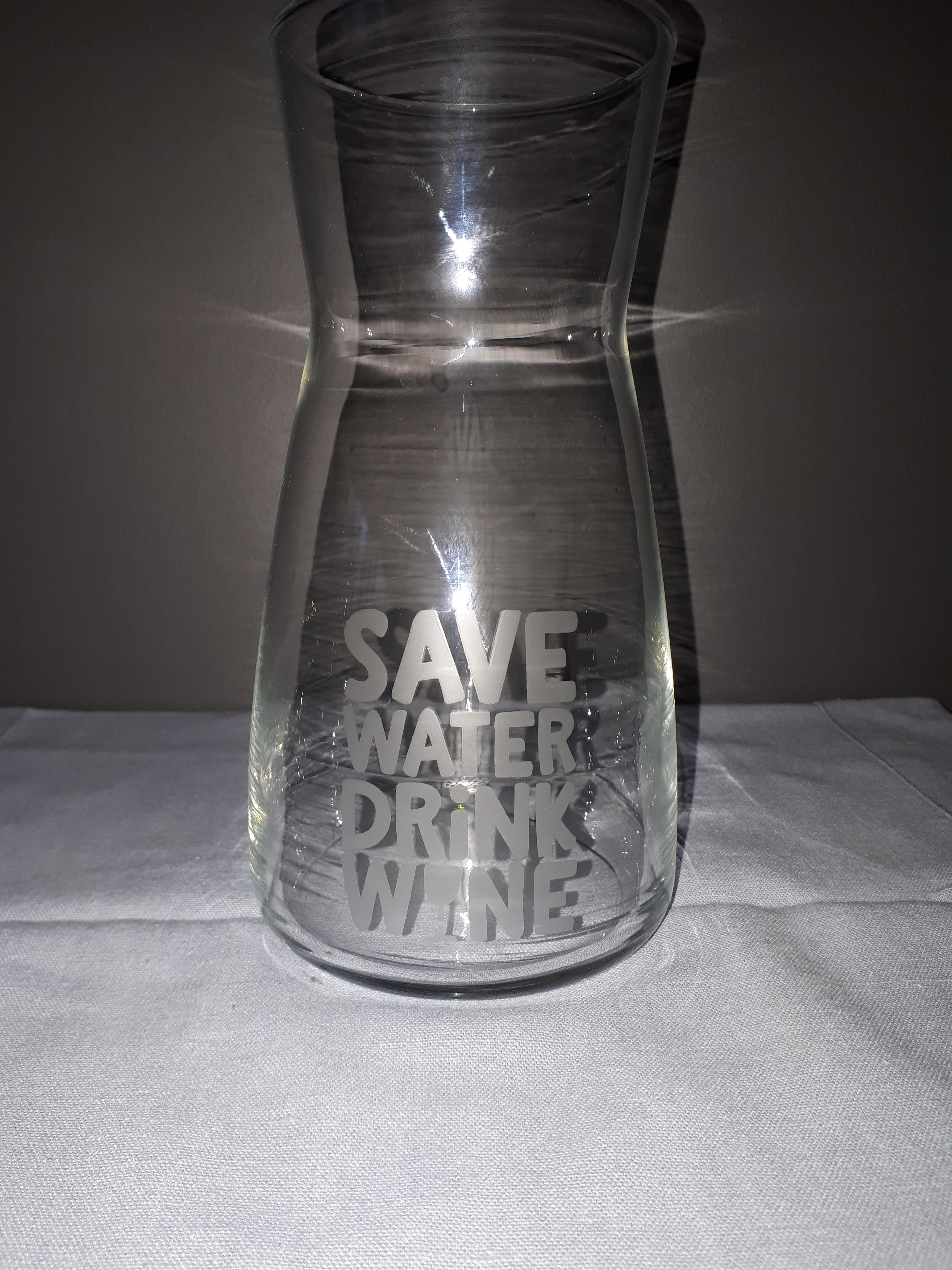 "ge-etste karaf ""save water, drink wine"""