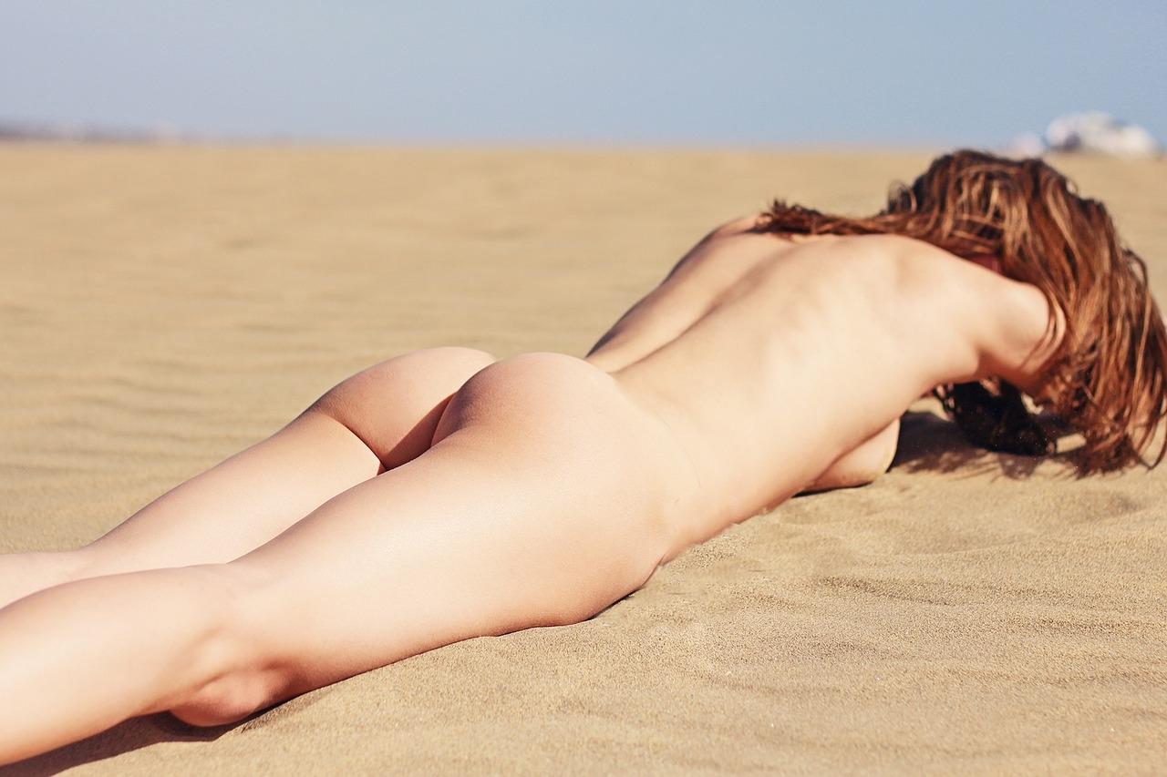 op strand liggenjpg