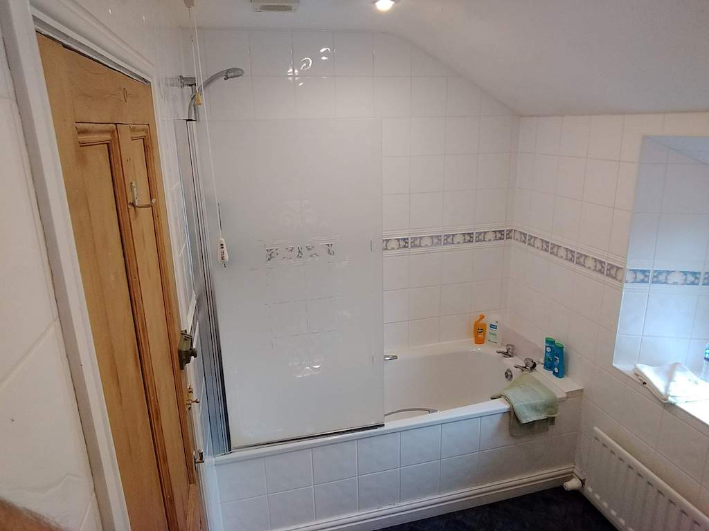 Clean bathrooms are the order of the day at Lindean Guest House Dumfries