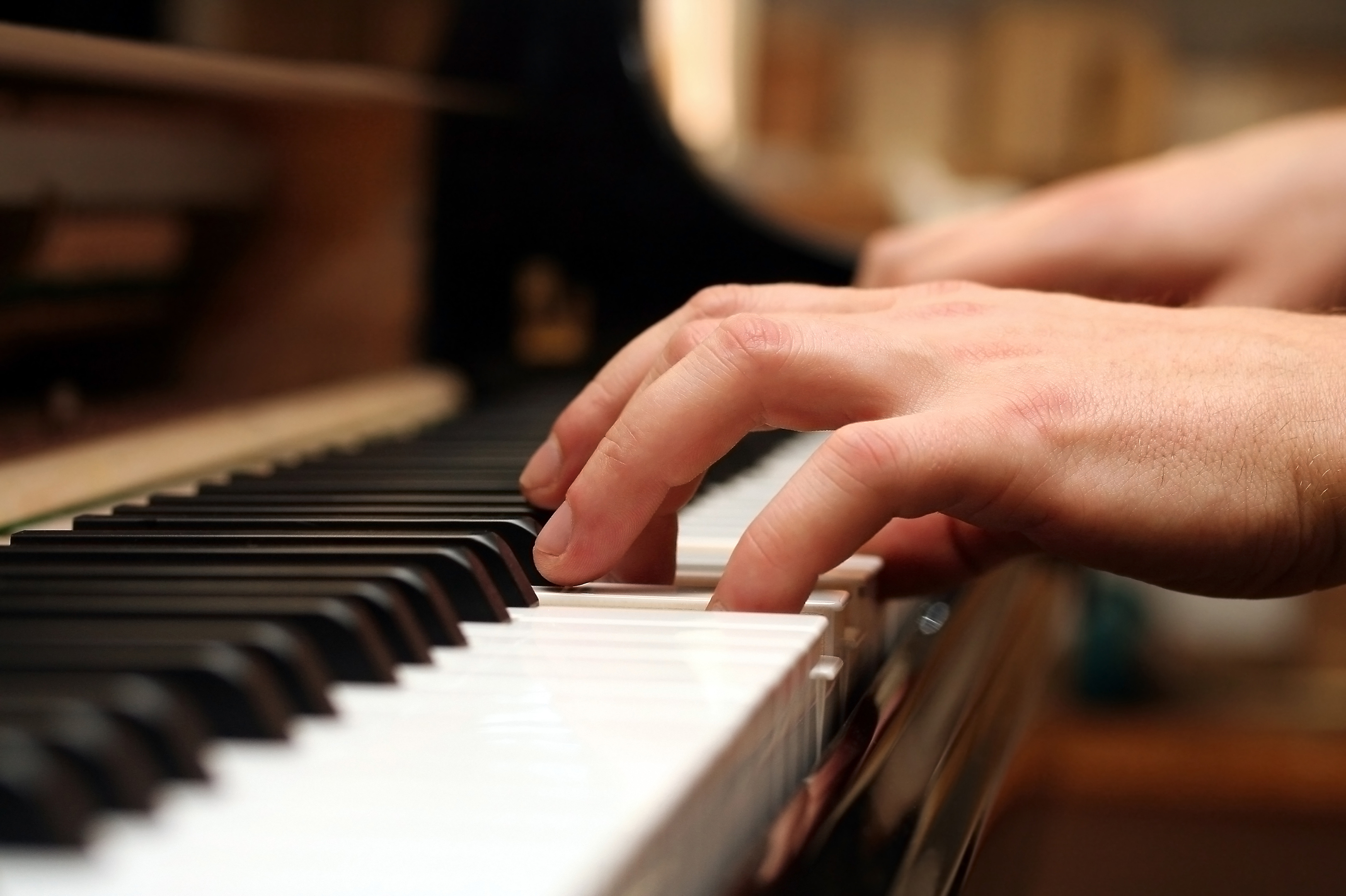 piano-keyboard-playing-hands-and-fingerjpg