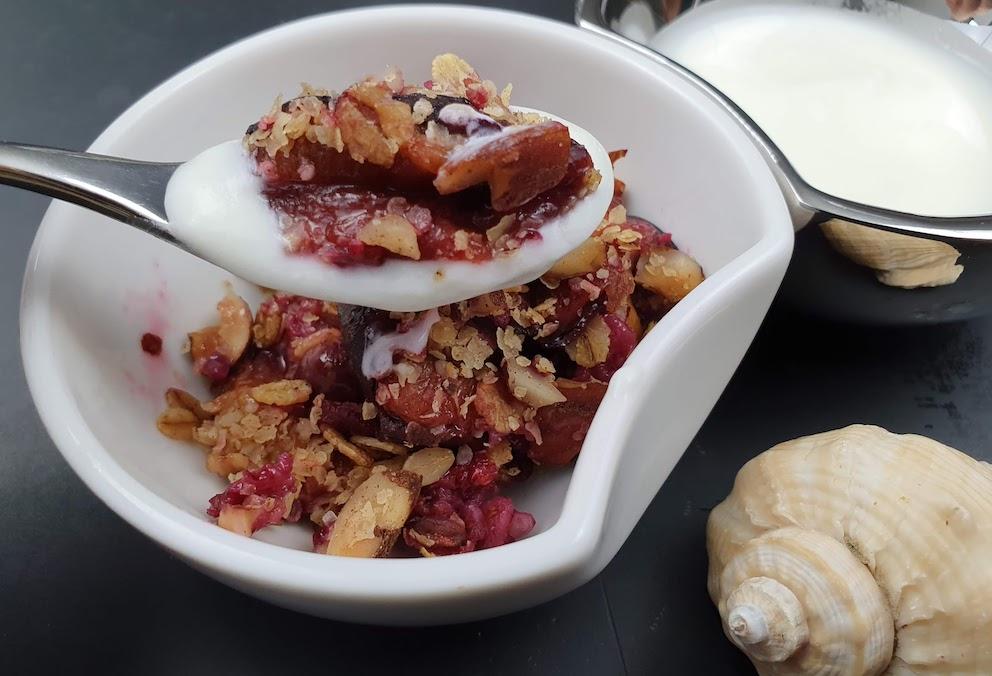cucchiaio di crumble con yogurtjpg