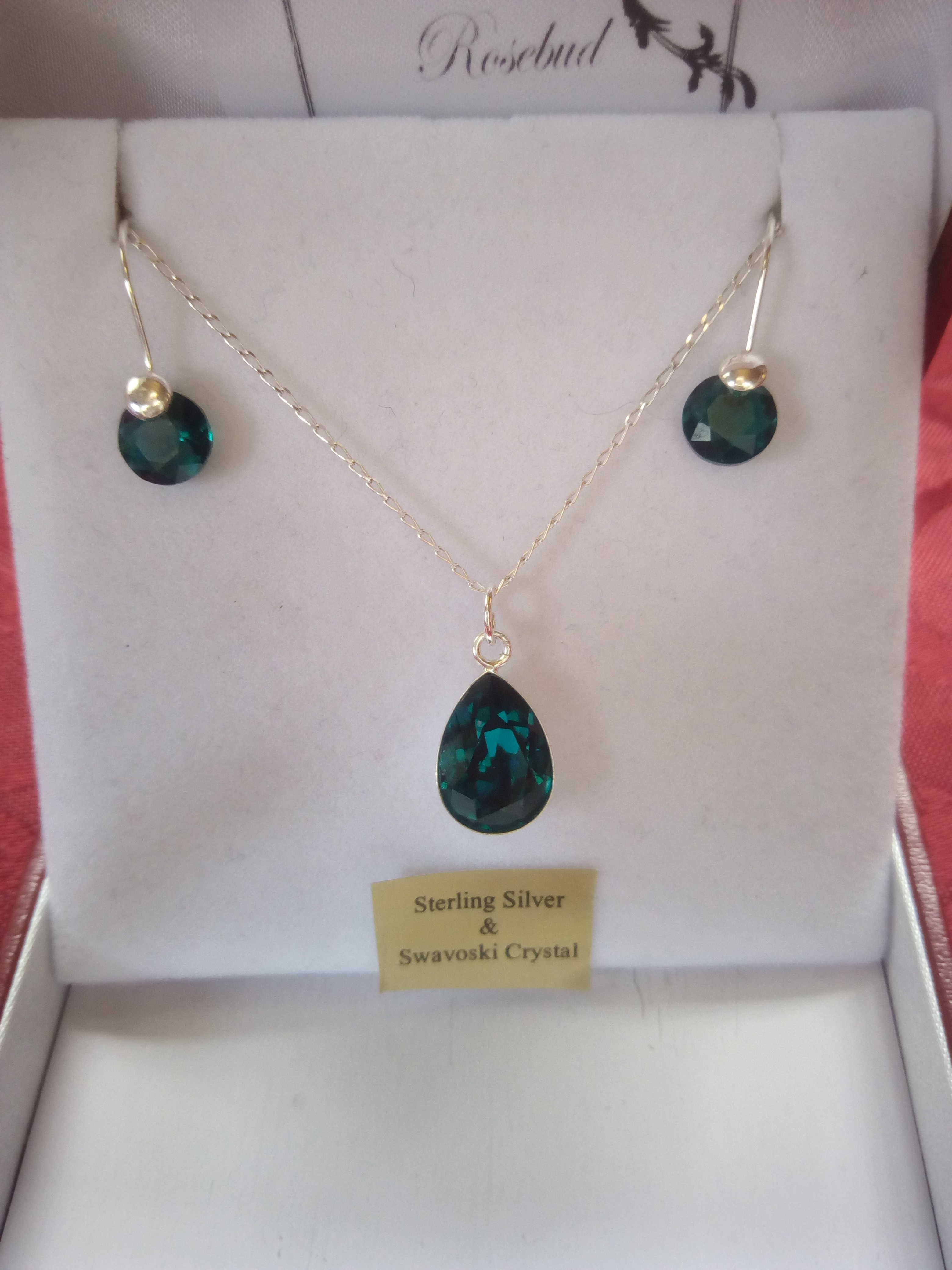 Emerald green shape pendant pear set