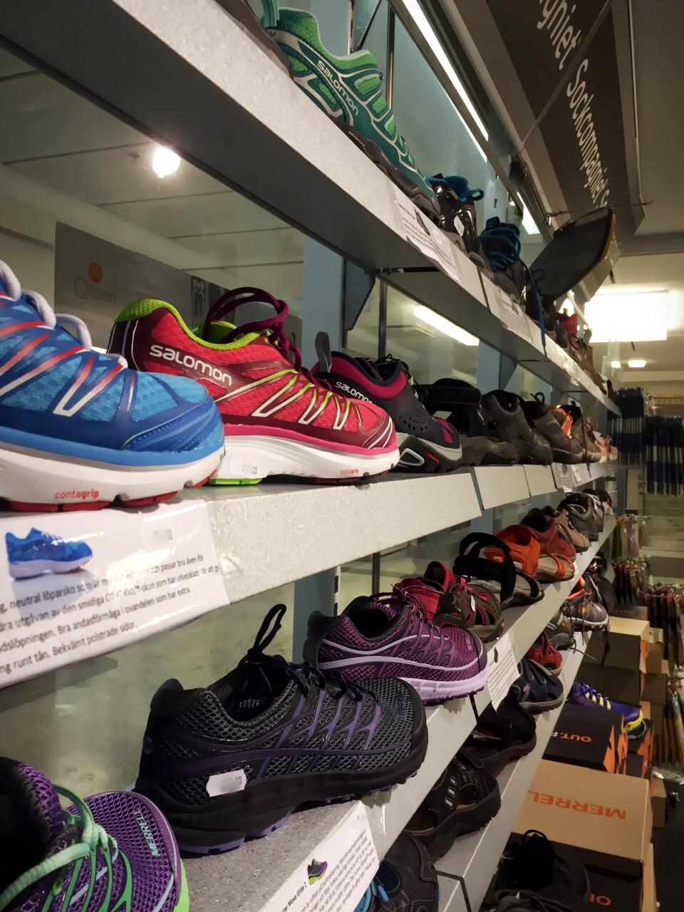 3cbd0514850 Vi har väldigt många fler olika skor och modeller, allt ifrån sandaler till  vattentäta kängor och skinnskor. Varje sko har någon egenskap som vi här på  ...
