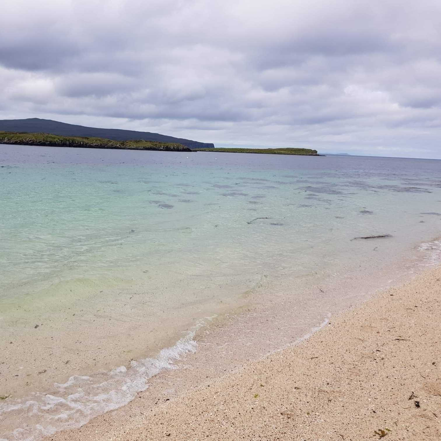 Image-of-the-white-sands-of-coral-beach-on-the-Isle-of-Skye